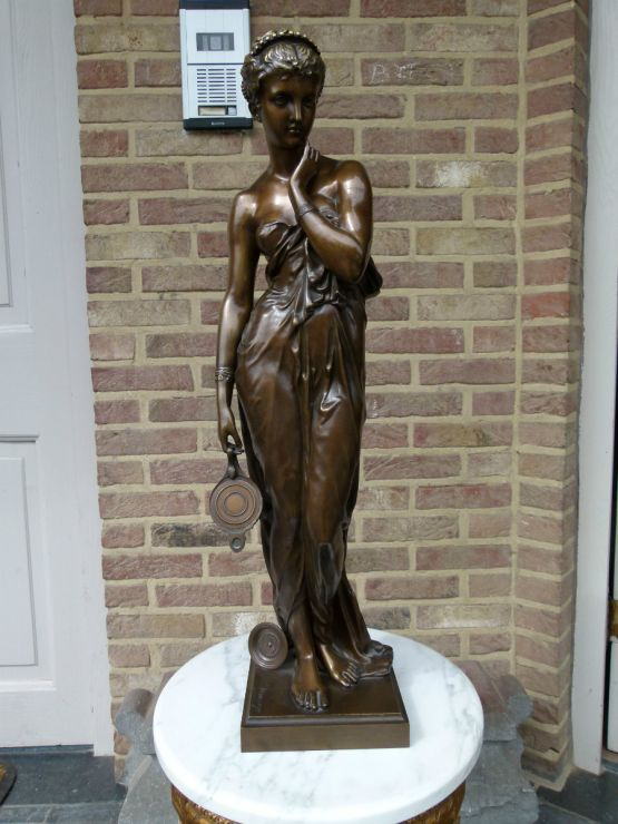 Скульптура девушки с лампой