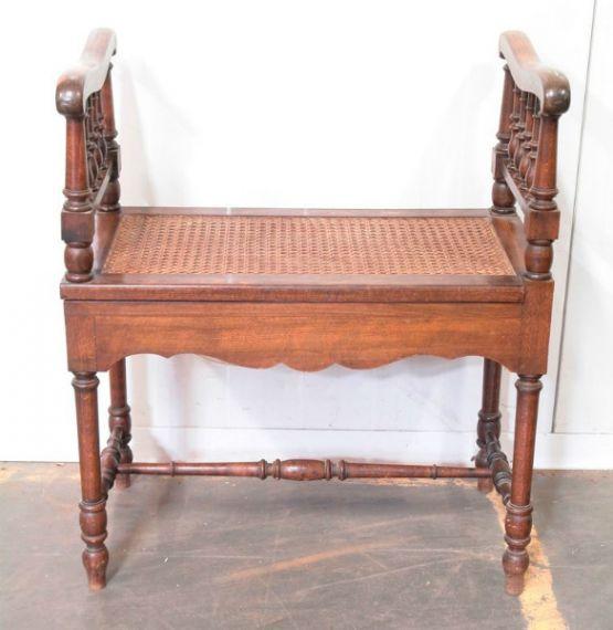 Скамеечка с плетеным сиденьем