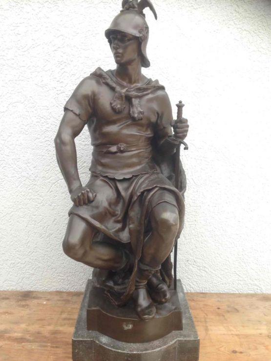 Бронзовая скульптура воина.