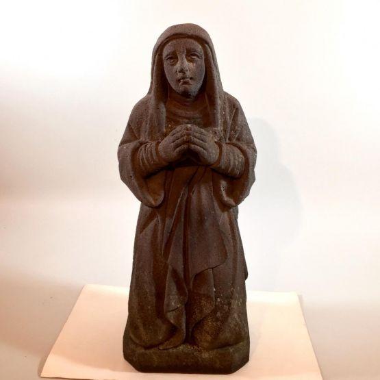 Каменная статуя молящейся женщины, XIX в.