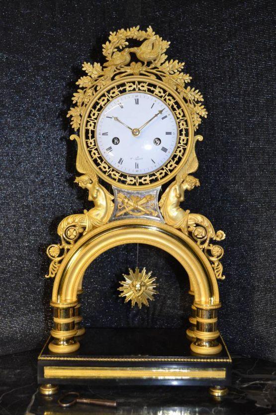 Часы из позолоченной бронзы 'Арка', XVIII в.