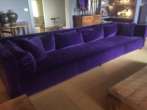 Обитый вельветом современный диван