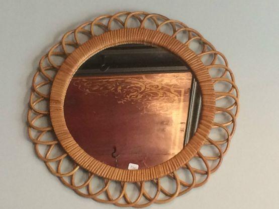 Обрамленное винтажное зеркало