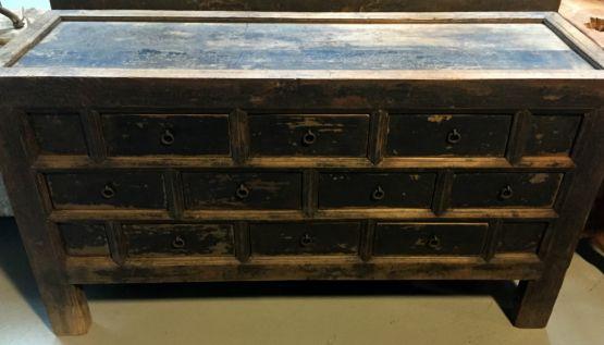 Старинный комод с десятью ящиками
