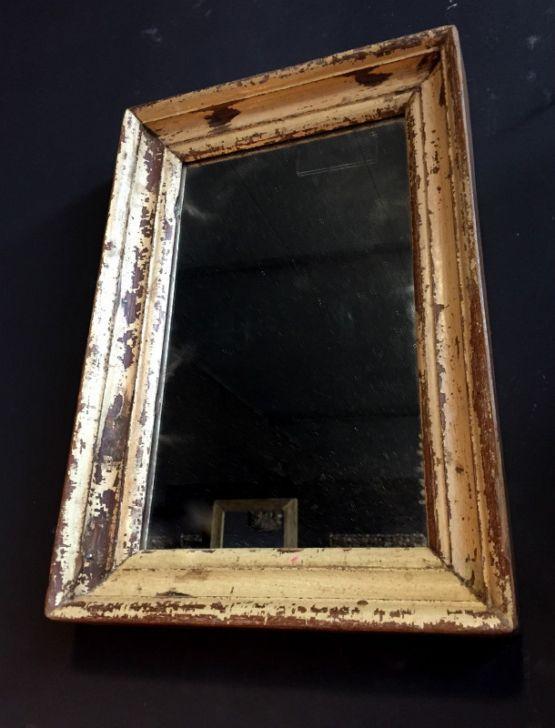 Настенное зеркало в патинированной раме