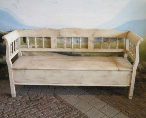 Деревянная скамейка-ларь кремового цвета