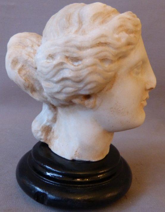 Античная скульптура головы женщины