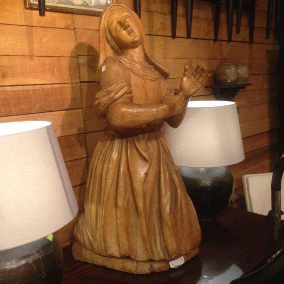 Статуя коленопреклоненной девушки