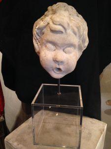 Голова ребенка из мрамора