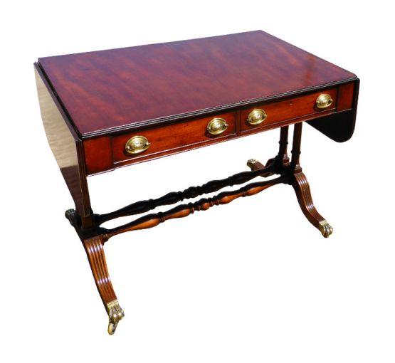 Придиванный столик из красного дерева периода Реге