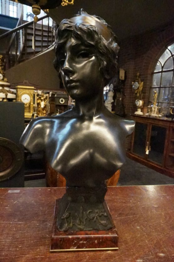 Статуя, подписанная Вилланис