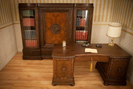 Книжный шкаф и письменный стол. Германия, 1920 г.