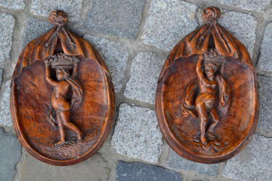 Два небольших медальона из резного дерева, XVIII в