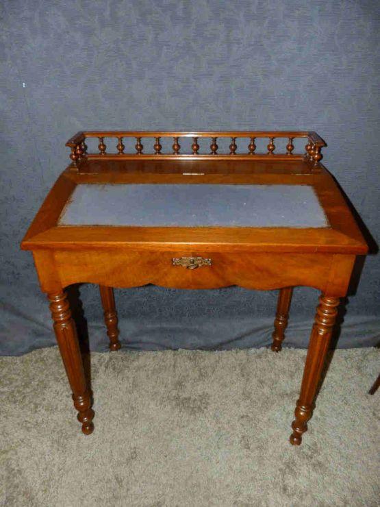 Дамский письменный столик из ореха, XIX в.