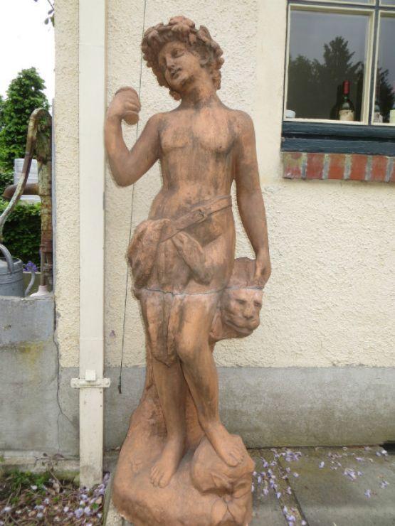 Терракотовая статуя