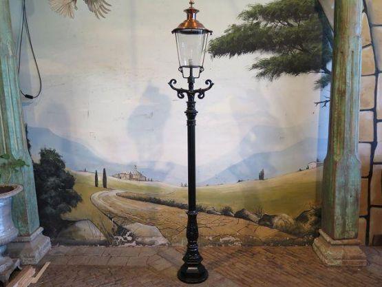 Садовый фонарь из чугуна с медным абажуром