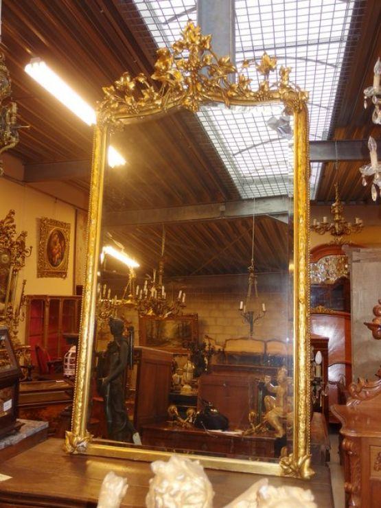 Большое зеркало в позолоченной раме