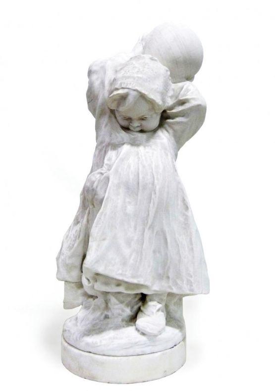'Девочка с мячом' из мрамора. Италия, ХХ в.