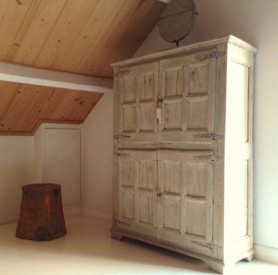 Испанский шкаф из каштана, XVII век.