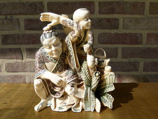 Статуэтка мужчины с ребенком, Азия.