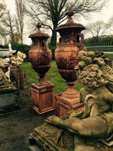 Большие садовые вазы