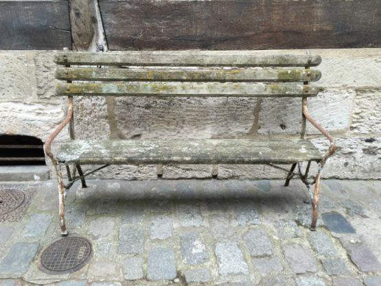 Садовая скамейка из дерева и железа