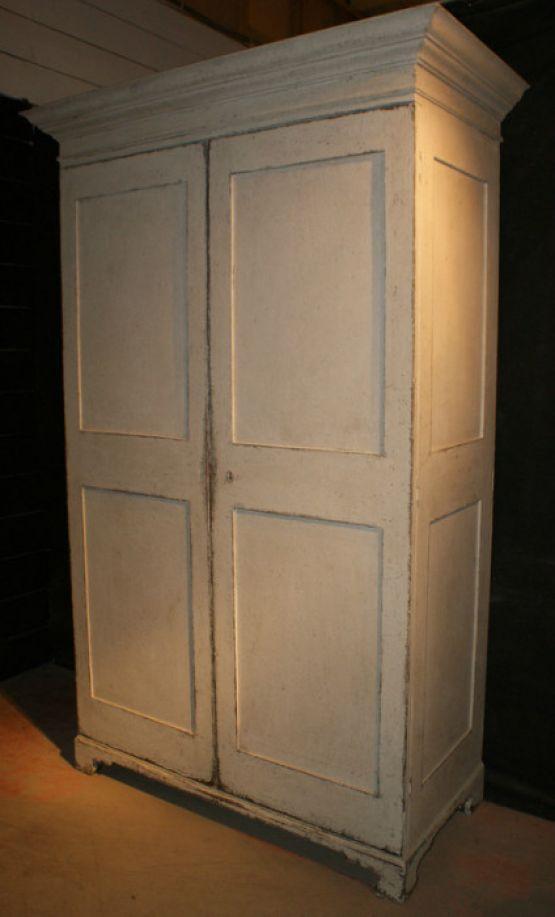 Старинный шкаф для хранения белья