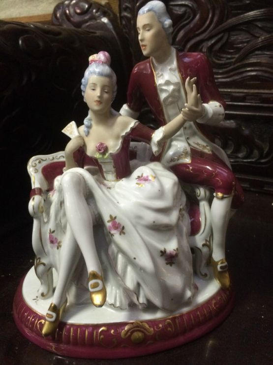 Фарфоровая  статуэтка двух влюбленных