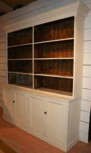 Старинный книжный шкаф, окрашенный