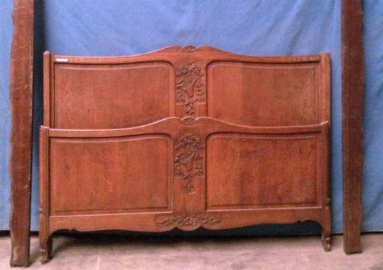 Кровать из массива дубав стиле Людовика XV