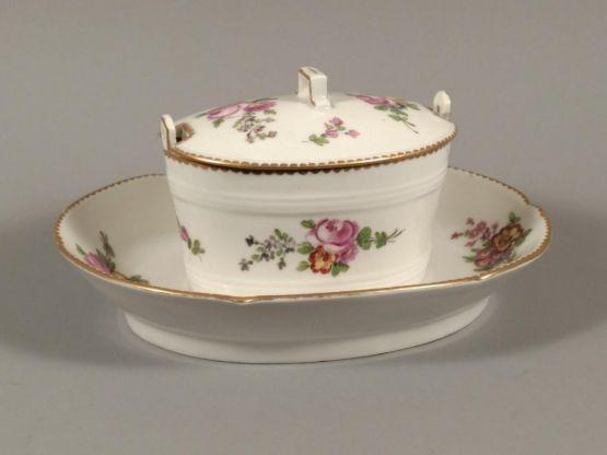Масленка с цветочным декором из фарфора, XVIII в.