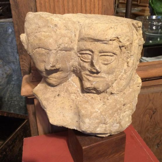 Два высеченных из камня лица