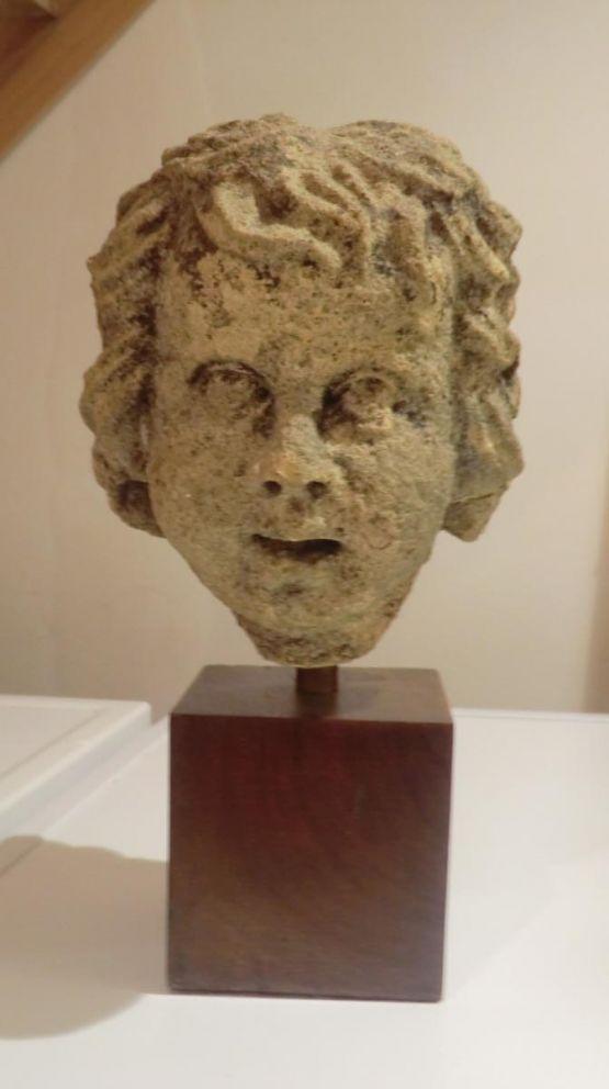 Каменная скульптура головы ангела, XVII в.