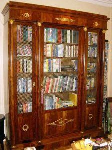 Декорированный бронзой книжный шкаф