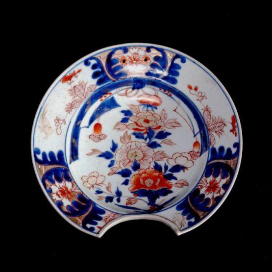 Тарелка для бритья из фарфора Имари. Япония, XVIII