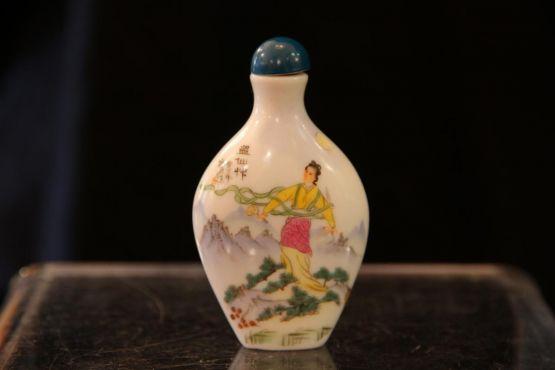 Табачный флакончик из фарфора. Китай, ХХ в.