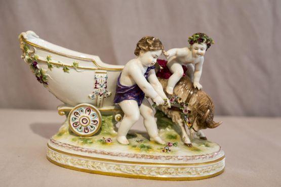 Скульптурная группа 'Херувимы' из фарфора, XIX в.