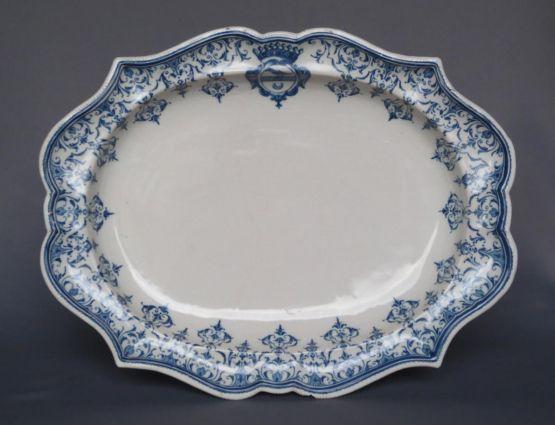 Фаянсовое блюдо с гербом. Clérissy, XVIII в.