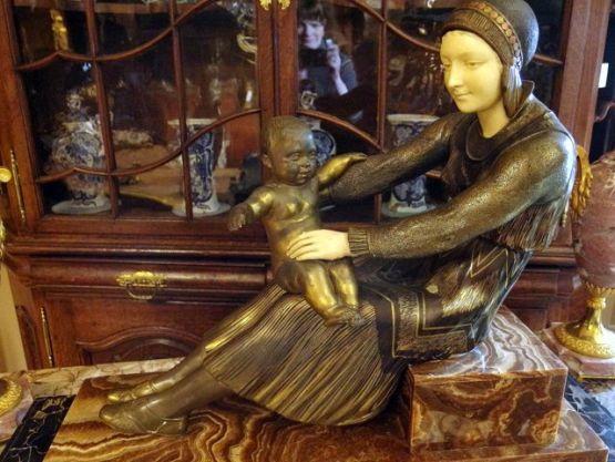 Скульптура матери с ребенком