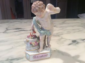 Фарфоровая статуэтка ангелочка с факелом, XIX в.
