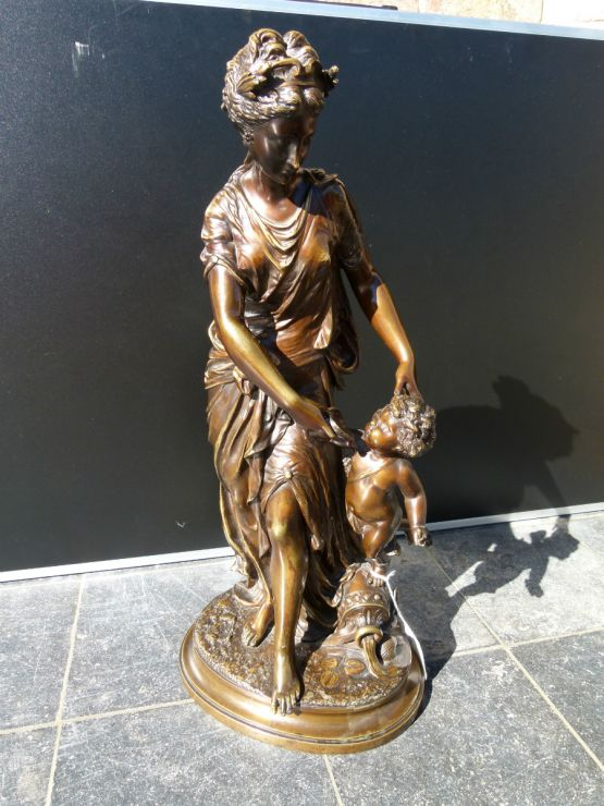 Статуя девушки с ангелочком