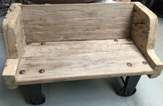 Деревянная скамья на колесиках