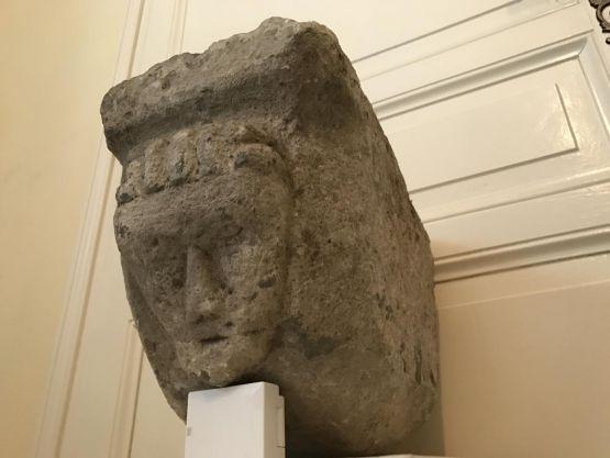 Модильон  из известняка эпохи античности